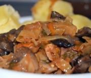 Тушеная капуста в мультиварке с мясом и грибами