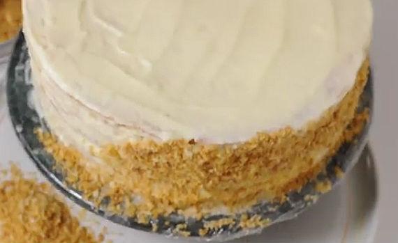 обмазываем торт крошкой