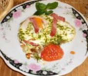 Вкусная яичница с колбасой луком и салом