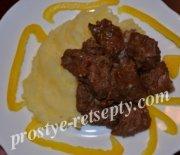 Говядина, жареная с луком на сковороде