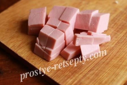 порезать кубиком колбасу