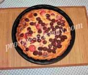 Простой песочный пирог с вишней и клубникой