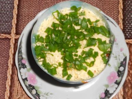 выложить сыр и лук
