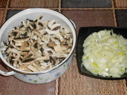 лук и грибы нарезать