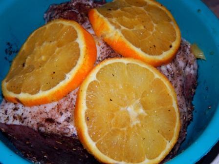 выложить на мясо апельсины