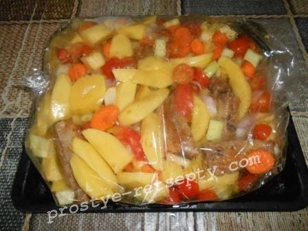 выложить продукты в пакет для запекания