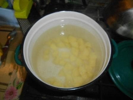поставить варить картошку