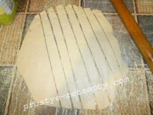 нарезать тесто полосками