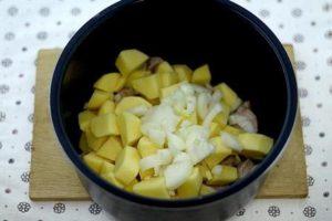 добавить картошку и лук
