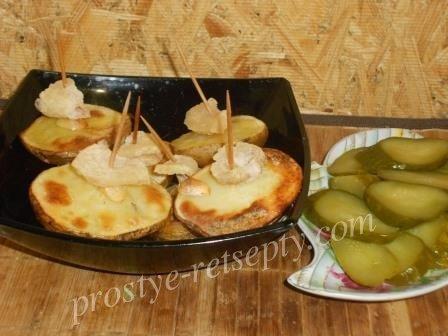 Картошка «кораблики» с салом и чесноком