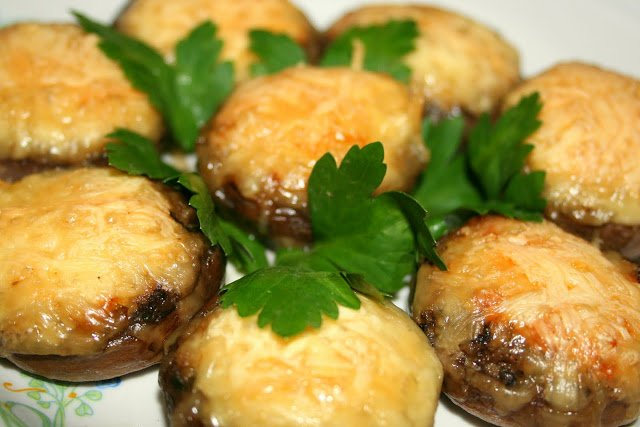 Фаршированные грибы шампиньоны с сыром