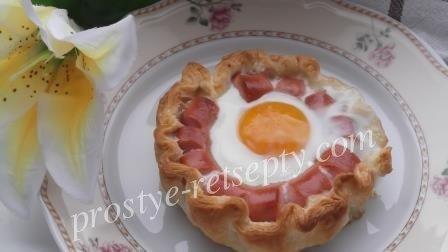 Сосиски в тесте с яйцом и сыром