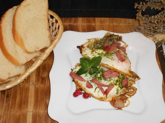 яичница с колбасой и луком