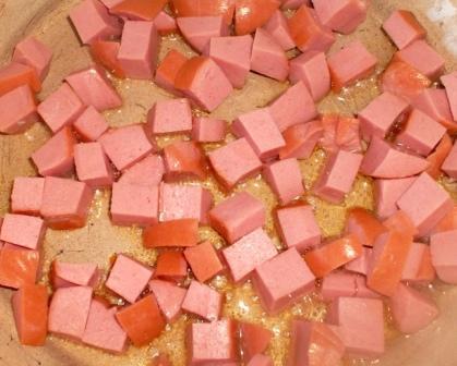 обжарить колбасу
