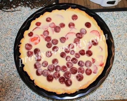 выложить ягоды и полить заливкой