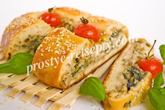 пирог с грибами. сыром и курицей