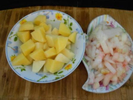 нарезать лук и картошку