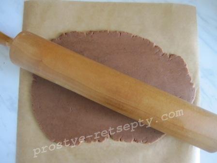 раскатать коричневое тесто