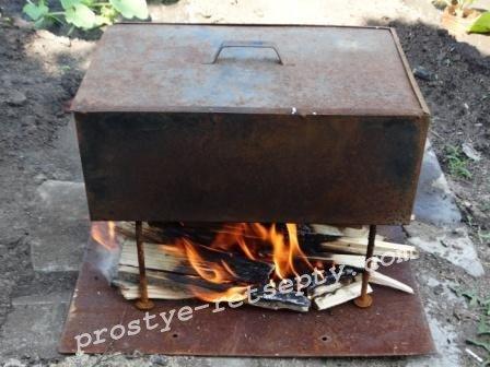 развести огонь под коптильней