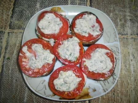 соус и помидоры
