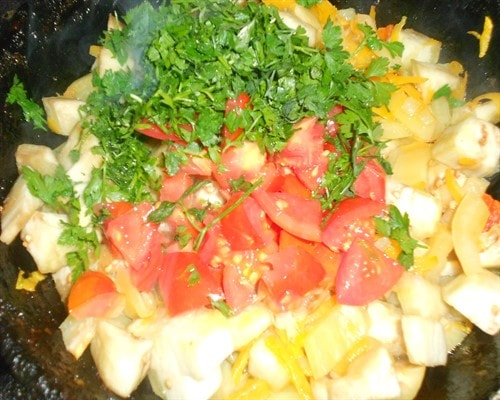 добавить помидор и зелень