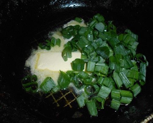 лук на сковороде