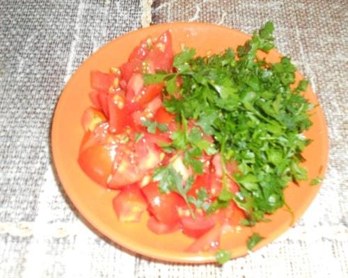нарезать помидор и зелень