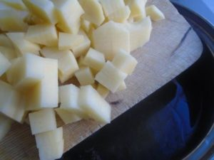 добавить картошку в кастрюлю
