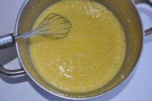 перемешать яйца и сахар