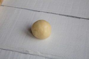 разделить тесто на шарики