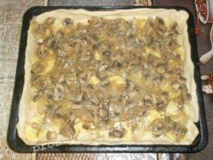 выложить картошку и грибы