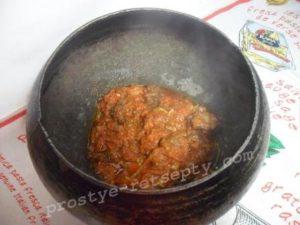 выложить мясо в горшочек