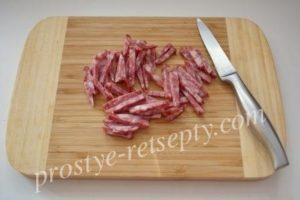 нарезать колбасу
