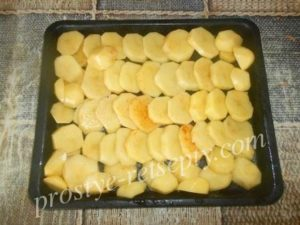 выложить картошку на противень