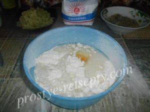 добавить яйцо и воду