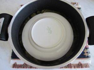 придавить тарелкой