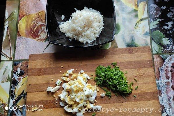 нарезать яйцо и лук